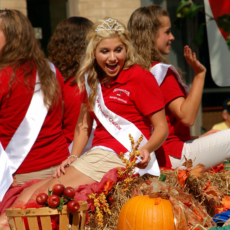 2008 Apple Harvest Queen Jordyn Marie Binkowski on a float during the annual Harvest Parade.