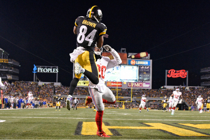 Pittsburgh Steelers wide receiver Antonio Brown (84) catches a touchdown pass over New York Giants cornerback Janoris Jenkins (20) during the first half of an NFL football game in Pittsburgh, Sunday, Dec. 4, 2016. (AP Photo/Don Wright)