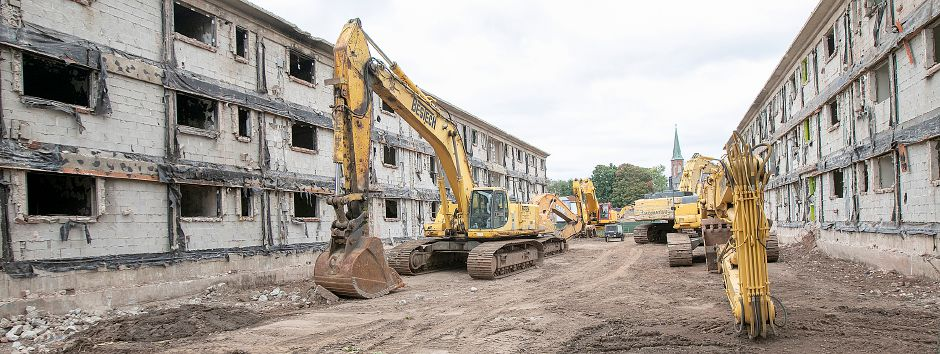 Demolition continues on the former Mills Memorial Apartments on Mill Street in Meriden, Monday, Sept. 24, 2018. Dave Zajac, Record-Journal