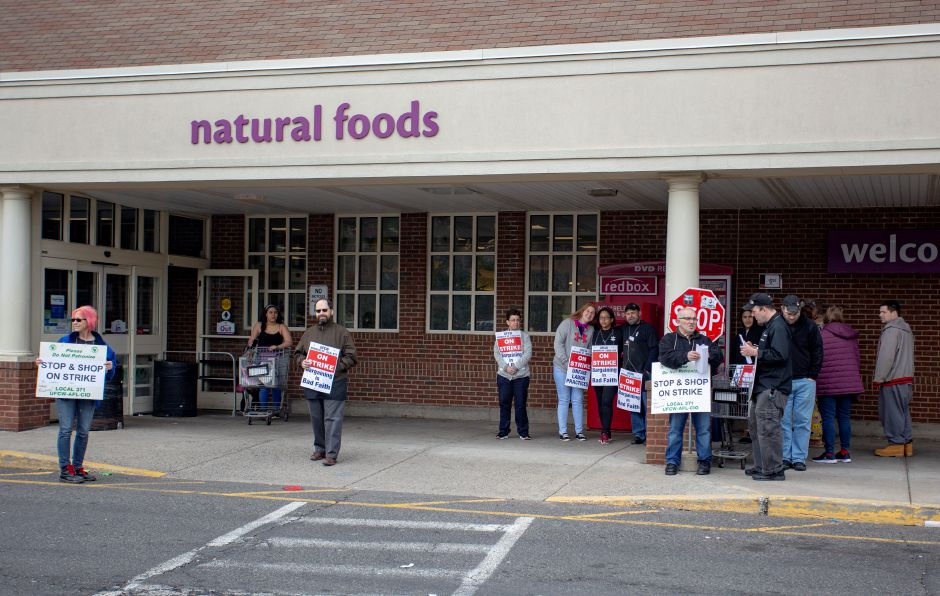 Employees on strike outside the Meriden Stop & Shop Thursday April 11, 2019. | Richie Rathsack, Record-Journal