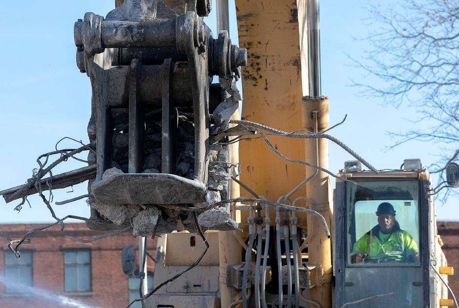 Demolition crews clean up the area around one of the last standing structures of the former Mills Memorial Apartments Wednesday., Dec. 19, 2018. Dave Zajac, Record-Journal