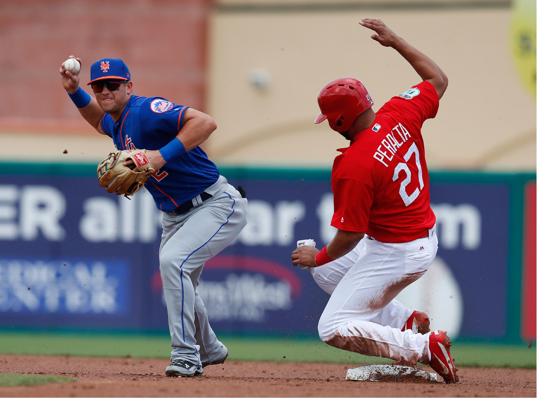 New York Mets shortstop Gavin Cecchini (2) avoids St. Louis Cardinals