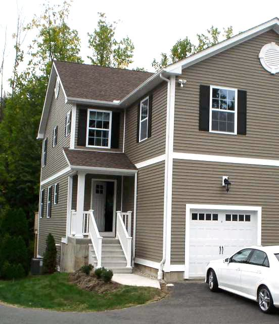 Evelyn Ciaburri to Michael T. Gazda and Bianca Vitale, 2118 Meriden Waterbury Turnpike, Unit 35, $250,000.