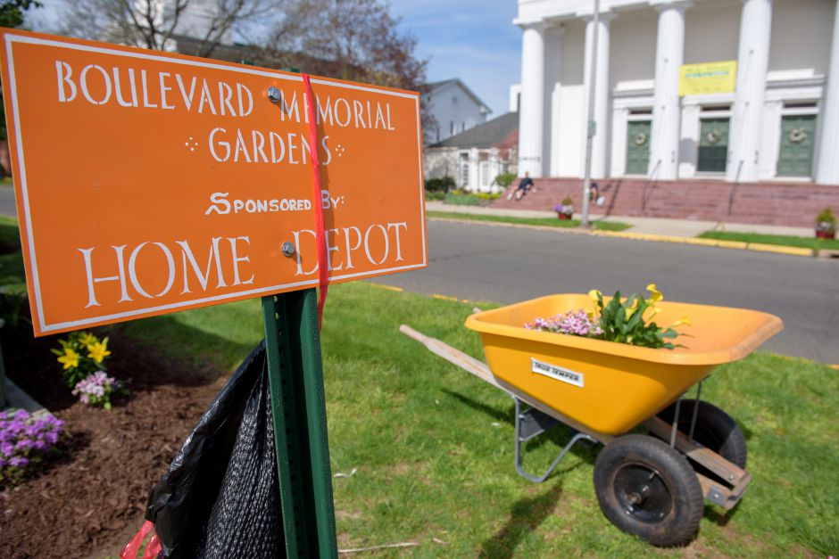 Volunteers spruce up Meriden during mayor\'s cleanup day