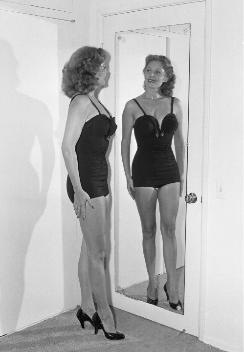 With these pose, film actress Rhonda Fleming, a beauty by anyone