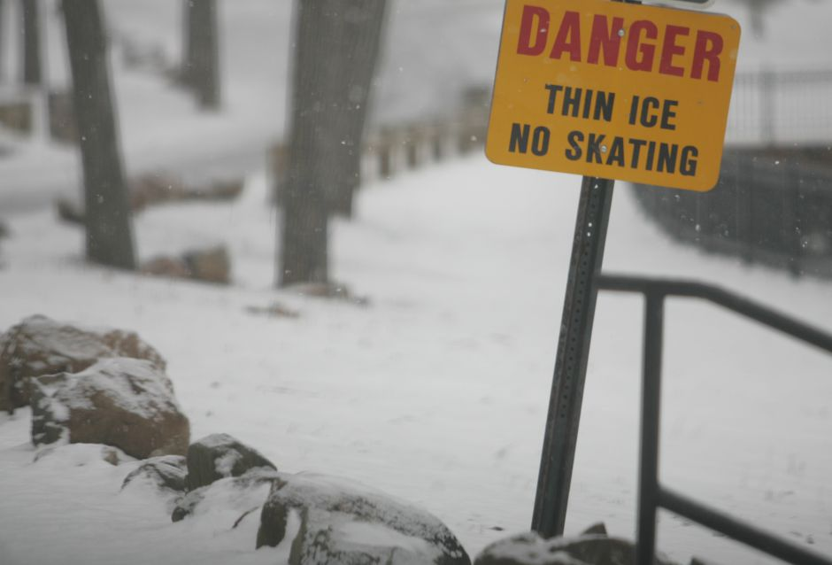 A thin ice sign near the pond at Hubbard Park in Meriden Wednesday January 19, 2005. Photo Chris Angileri.