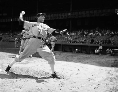 Chicago White Sox pitcher Ted Lyons pitches on Aug. 29, 1942. (AP Photo)