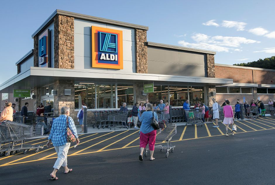 Shoppers flock to the new ALDI supermarket on Queen Street in Southington, Thursday morning, October 5, 2017. The store held its grand opening Thursday morning.    | Dave Zajac, Record-Journal