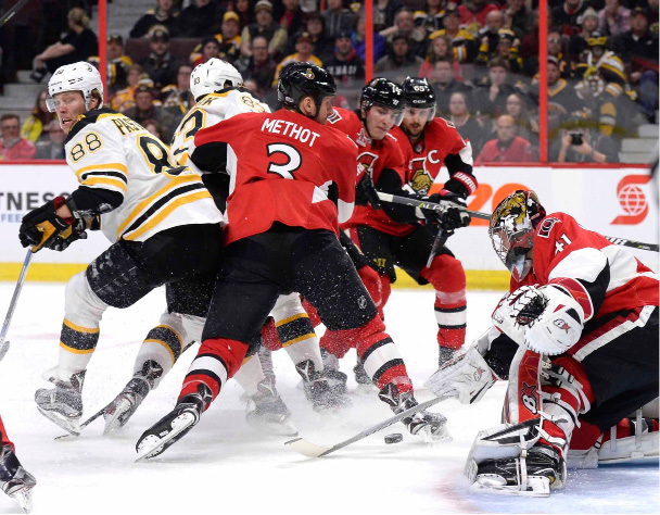 Ottawa Senators goaltender Craig Anderson (41) controls the puck as Boston Bruins