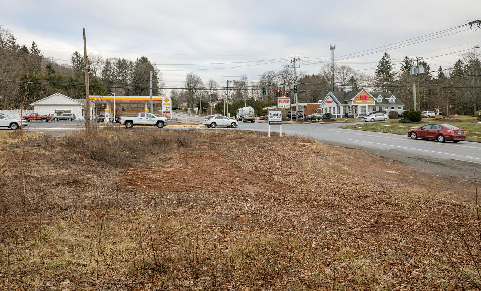 A lot at the corner of Meriden Avenue and Meriden- Waterbury Turnpike in Southington, Thurs., Jan. 21, 2021. A self-service car wash could be coming to the long-vacant property. Dave Zajac, Record-Journal