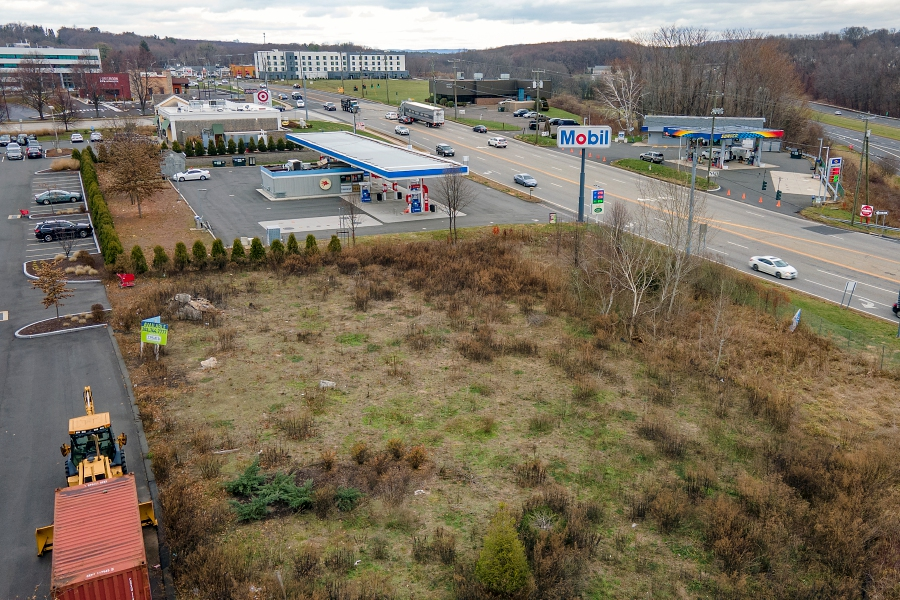 A vacant lot next to Mobil on West Street in Southington will be the location of a future 110 Grill, Wed., Dec. 2, 2020. Town planners have approved the 110 Grill location, a New England restaurant chain expanding in Connecticut. Dave Zajac, Record-Journal