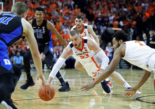 Virginia center Jack Salt (33) dives for a loose ball during the first half of the team