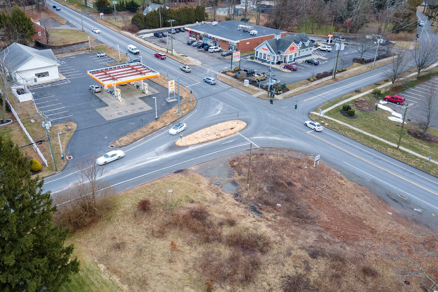 A lot, bottom, at the corner of Meriden Avenue, left, and Meriden- Waterbury Turnpike, right, in Southington, Thurs., Jan. 21, 2021. A self-service car wash could be coming to the long-vacant property. Dave Zajac, Record-Journal